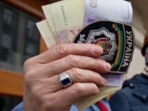 Майже половині українців доводиться давати хабара міліціонерам